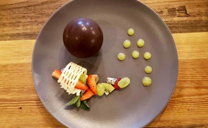 Süße Nachspeise mit Obstgarnitur
