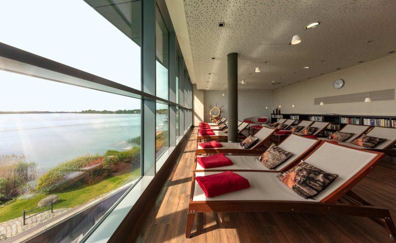 Einladender Ruheraum mit bequemen Liegen und Panoramablick über den Ruppiner See