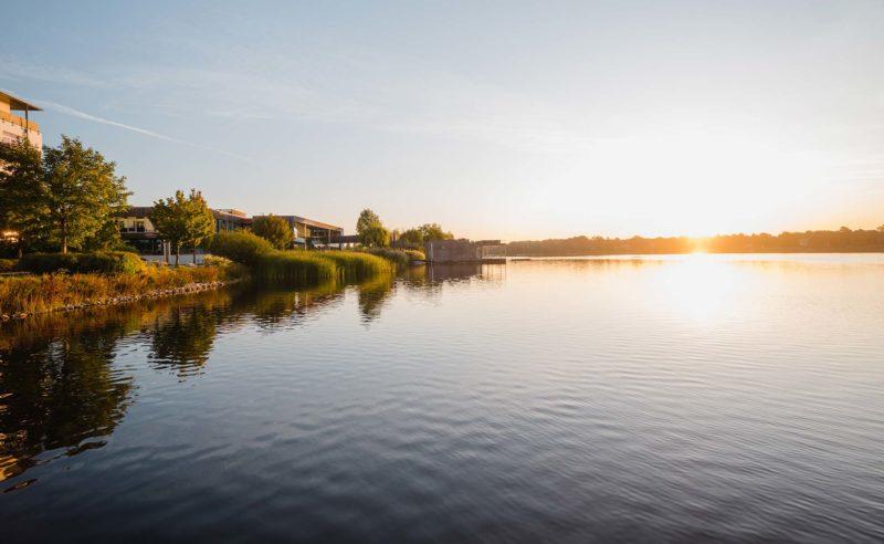 Stimmungsvolle Aufnahme des angrenzenden Ruppiner Sees bei Sonnenuntergang