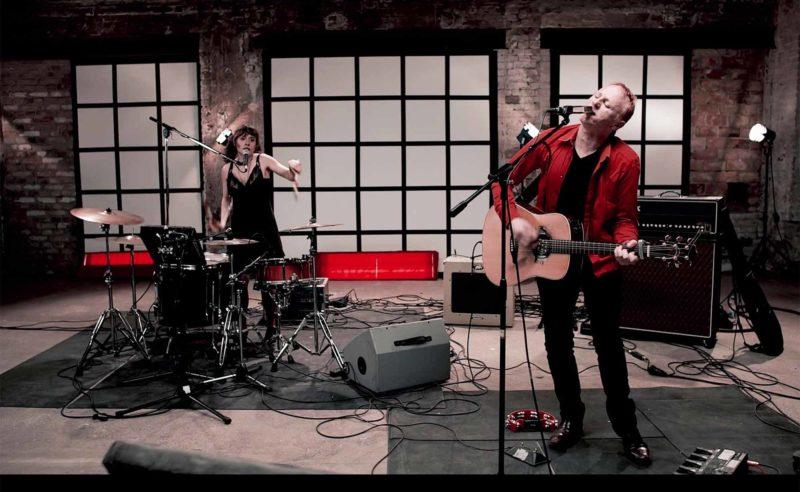 Mann und Frau machen Musik auf einer Bühne im Hotel Neuruppin