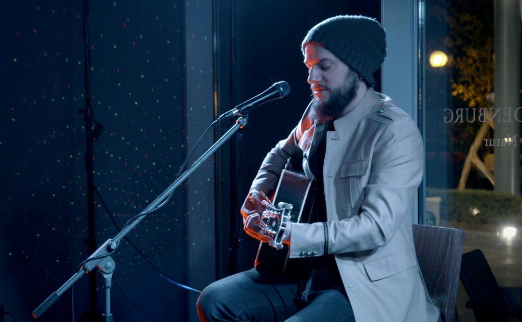 Sänger Willer mit Mikrofon und Gitarre