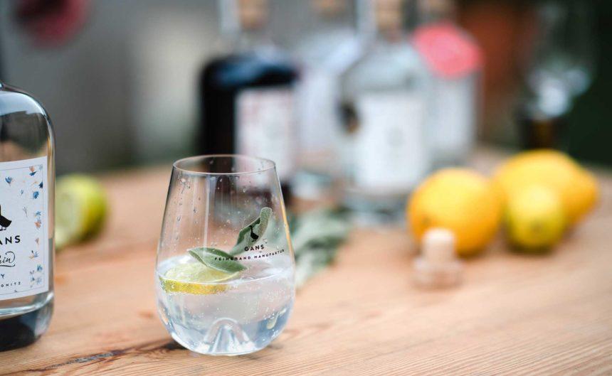 Perfekt zubereiteter Gin des Partner Gans in einem Glas mit frischem Salbei