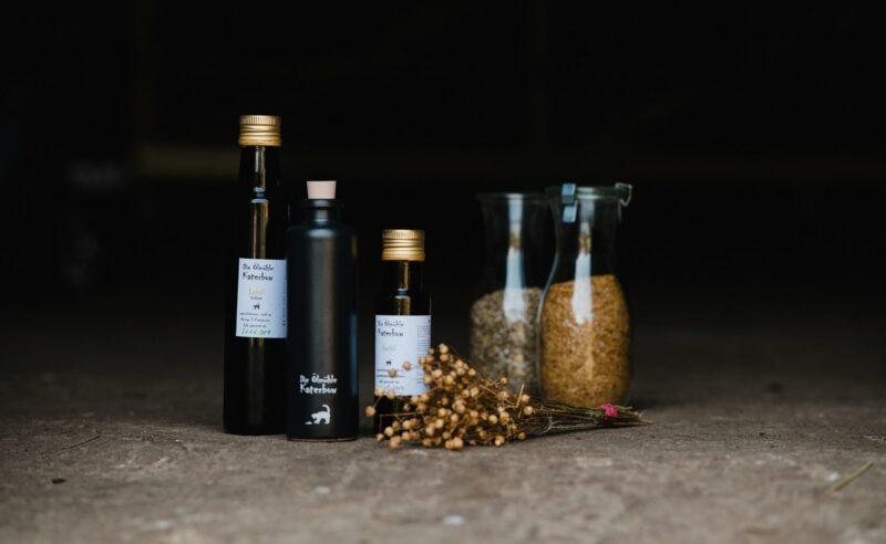 Verschiedene Flaschen von Gewürzen und Ölen vom Partner Öhlmuehle