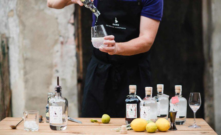 Mitarbeiter vom Partner Gans-Gin bereitet einen Gin Tonic vor