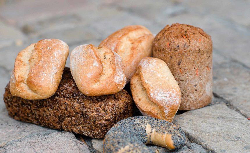 Brot und Semmeln des Partner Vollkern angerichtet zur Präsentation