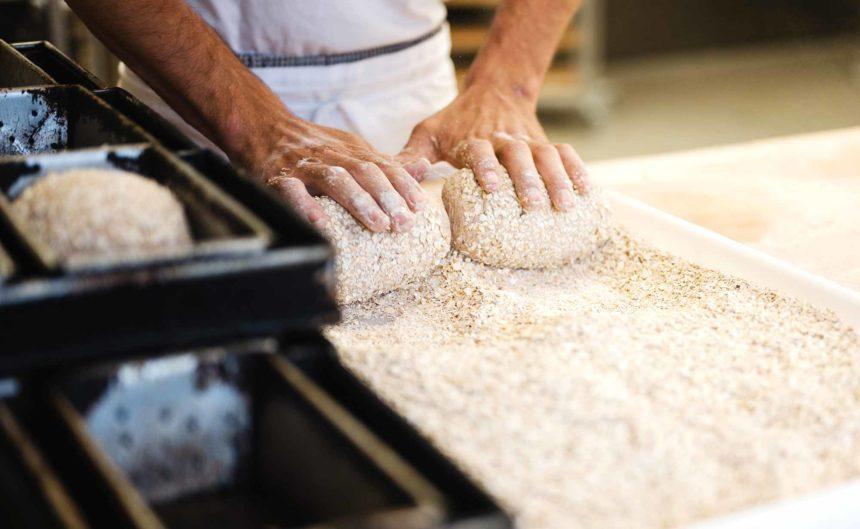 Partner Vollkern wendet seine Brote in frischen Körnern