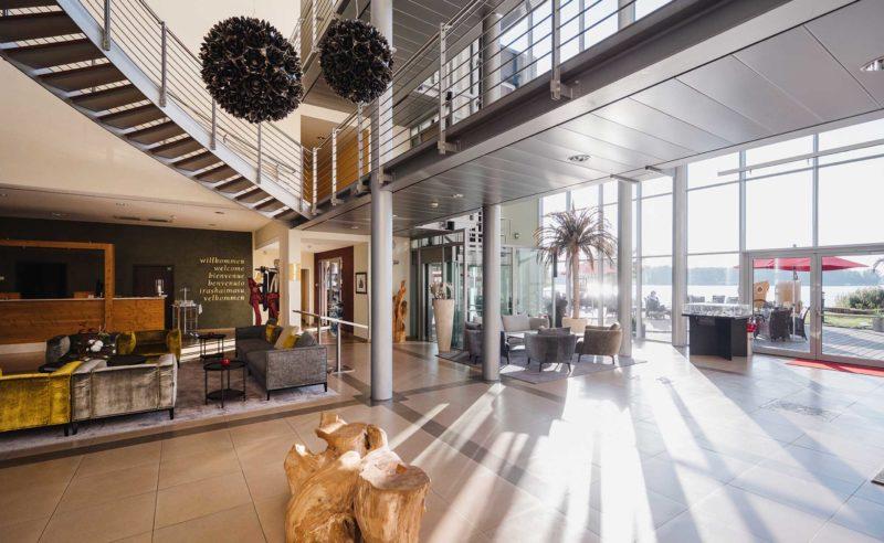 Schöne helle und lichtdurchflutete Lobby des Hotel Neuruppin in Brandenburg